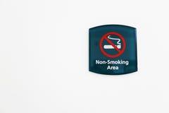 Nichtraucher- Zeichen auf weißer Wand Lizenzfreie Stockfotografie