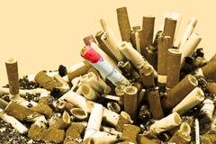 Nichtraucher! Zigaretten und Asche (Sepia) Lizenzfreies Stockfoto
