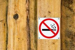 Nichtraucherzeichen auf alter hölzerner Wand Stockbilder