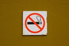 Nichtraucherzeichen auf brauner Wand Stockfotos