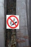 Nichtraucherzeichen auf einem Baum im Wald Lizenzfreie Stockbilder