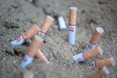 Nichtraucherzeichen mit Zigarettenkippen Stockfoto