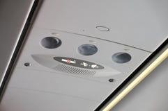 Nichtraucherzeichen und befestigen Sicherheitsgurtsymbol innerhalb eines Flugzeuges Lizenzfreies Stockbild