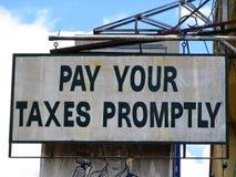 Nichts ist ausgenommen Tod und Steuern sicher. stockfoto