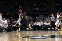 Nick Colela de Penn State est encrassé par Tim Hardaway du Michigan Photo libre de droits