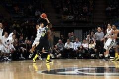 Nick Colela de Penn State est encrassé par Tim Hardaway du Michigan Images libres de droits