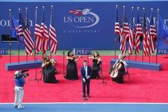 Nick Jonas śpiewa bóg Błogosławi Ameryka zanim us open 2014 kobiety przerzedże finał Zdjęcia Stock