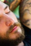 Nickerchen machende Mannnahaufnahme lizenzfreie stockbilder