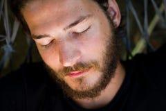 Nickerchen machende Mannnahaufnahme lizenzfreie stockfotografie