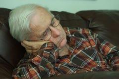 Nickerchen machender Großvater lizenzfreie stockfotos