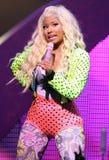 Nicki Minaj presteert in overleg stock afbeeldingen