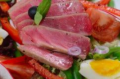 Nicoise met verse tonijn en groenten Stock Foto