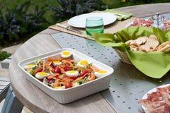 Nicoise Salat im Freien Stockfotos