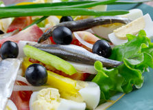 Nicoise-Salat mit Sardellen Stockfotos