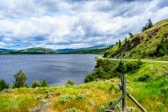 Nicola Lake e Nicola Valley sotto i cieli nuvolosi Immagini Stock