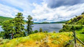 Nicola Lake en Nicola Valley onder Bewolkte Hemel Stock Afbeelding