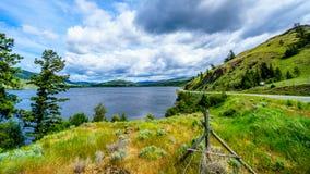 Nicola Lake y Nicola Valley debajo de los cielos nublados Foto de archivo