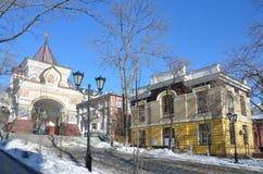 Nicolaevskaya łuku i centre imię C Muzealnego i powystawowego K Arsenyev w Vladivostok w zimie Obraz Royalty Free