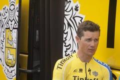 Nicolas Roche tandis que chez Team Tinkoff l'année dernière avant le déplacement au ciel d'équipe Image stock