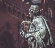 Nicolaus Copernicus statua przy Toruńskim ` s Starym miasteczkiem, Poland Zdjęcia Royalty Free
