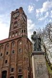Nicolaus Copernicus Statue y ciudad Hall Tower en Torun Imagen de archivo