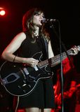 Nicole Atkins Performs de concert photos stock