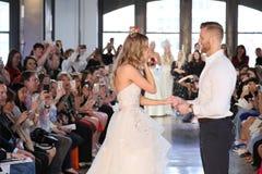 Nicole Kaspar modèle a été étonnée quand son ami Chad Stapleton a proposé à elle pendant le défilé de mode 2019 nuptiale du print photos stock