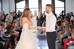 Nicole Kaspar modèle a été étonnée quand son ami Chad Stapleton a proposé à elle pendant le défilé de mode 2019 nuptiale du print Image stock