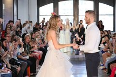 Nicole Kaspar modèle a été étonnée quand son ami Chad Stapleton a proposé à elle pendant le défilé de mode 2019 nuptiale du print Photos libres de droits