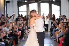 Nicole Kaspar modèle a été étonnée quand son ami Chad Stapleton a proposé à elle pendant le défilé de mode 2019 nuptiale du print Images libres de droits