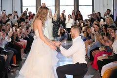 Nicole Kaspar modèle a été étonnée quand son ami Chad Stapleton a proposé à elle pendant le défilé de mode 2019 nuptiale du print Photo stock