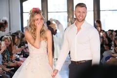 Nicole Kaspar modèle a été étonnée quand son ami Chad Stapleton a proposé à elle pendant le défilé de mode 2019 nuptiale du print Images stock
