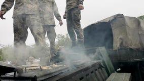 NICOPOLI, UCRAINA - MAGGIO, 9, 2019: Il militare ucraino cucina il porridge dei soldati e cura la gente a alla parata in onore di video d archivio