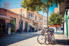 NICOSIA - APRIL 13: De kruising van de Ledrastraat op 13 April, 2015 in Nicosia, Cyprus Controlepost bij de bufferzone dat L verd royalty-vrije stock fotografie
