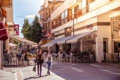 NICOSIA - APRIL 13: Folk som går på den Ledra gatan på April 13, 2015 i Nicosia, Cypern Det är är en viktig shoppingallmän landsv Royaltyfri Foto