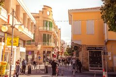NICOSIA - APRIL 13: Folk som går på den Ledra gatan på April 13, 2015 i Nicosia, Cypern Det är är en viktig shoppingallmän landsv Fotografering för Bildbyråer