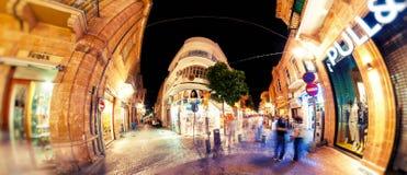 NICOSIA, CHIPRE - ABRIL, 16 2013: Rua na noite, passagem principal de Ledra da compra em Nicosia central Fotos de Stock Royalty Free