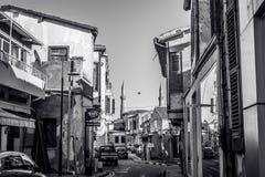 NICOSIA, CHIPRE - 3 DE DEZEMBRO: Rua estreita na parte velha de Nicos Fotografia de Stock