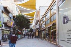NICOSIA, CHIPRE - 27 de fevereiro de 2019: O pessoa está movendo-se através da rua de Ledra - a avenida de compra principal de Ni imagens de stock