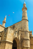 NICOSIA, CHIPRE DO NORTE - 30 DE MAIO DE 2014: Vista na mesquita de Selimiye ex St Sophia Cathedral e bandeiras de Turquia imagens de stock