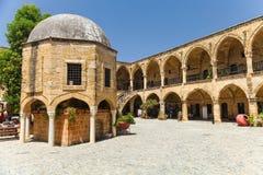 NICOSIA, CIPRO DEL NORD 30 MAGGIO 2014: Vista su Buyuk Han la grande locanda, più grande caravanserraglio nel Cipro nicosia Immagine Stock