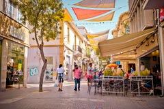 NICOSIA, CIPRO - 29 MAGGIO: La gente che gode di un'estate in caffè alla via di Ledra a Nicosia centrale, Cipro Immagini Stock Libere da Diritti