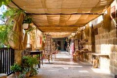 NICOSIA CYPERN - AUGUSTI 10, 2015: Buyuk Han (den stora gästgivargården) medeltida caravanserai som vände in i touristic mitt med Royaltyfria Foton