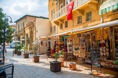 NICOSIA CYPERN - SEPTEMBER 19: Souvenir shoppar på den populära turisten Arkivbild