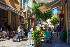NICOSIA, CYPRUS - DECEMBER 3: Mensen die van de zomer in koffie genieten bij Ledra-straat op 3 December, 2015 in Nicosia Royalty-vrije Stock Afbeelding