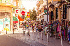 NICOSIA, CYPRUS - MEI 29: Mensen die van de zomer in koffie genieten bij L Royalty-vrije Stock Fotografie