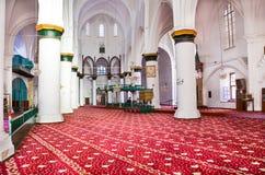Nicosia, Cyprus - 4 Oct 2018: Mooi rood en wit binnenland van Islamitische Selimiye-Moskee in Cypriotisch Nicosia Witte muren, ko royalty-vrije stock foto's