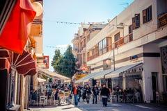 NICOSIA - 13 DE ABRIL: Gente que camina en la calle de Ledra el 13 de abril, Foto de archivo