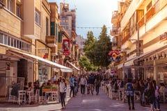 NICOSIA - 13 DE ABRIL: Gente que camina en la calle de Ledra el 13 de abril de 2015 en Nicosia, Chipre Él IS-IS una calle importa imagen de archivo libre de regalías