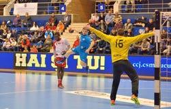 Nicu Negru-handbalspeler van de aanvallen van CSM Boekarest tijdens de gelijke met Dinamo Boekarest Stock Foto